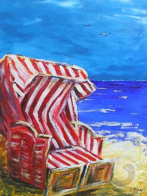 Entspannung im Strandkorb am Strand bei blauem Himmel